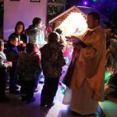 Поклонение маленьких детей у яслей