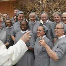 Папа: «Бог открывает себя через отношения»