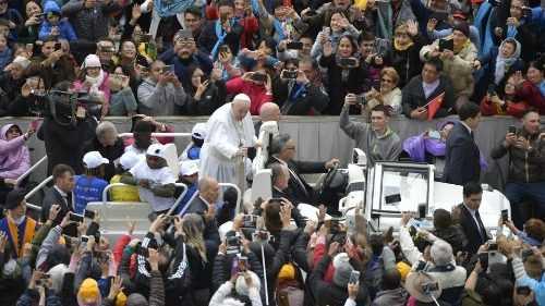 Папа приветствует верующих на общей аудиенции (Vatican Media)