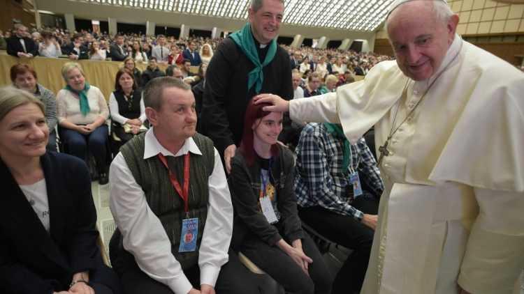 Папа: все мы нищие духом, но не каждый с этим согласен